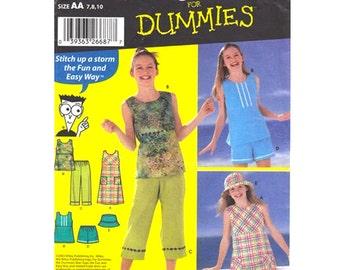 Mädchen ärmelloses Kleid oder Top, Capri-Hosen, kurze Hose, Mütze Muster Einfachheit 5577 Größe 7-8-10 zwischen Mädchen Schnittmuster ungeschnitten