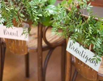 vintage Stuhldeko aus Holz für die Brautpaar-Stühle