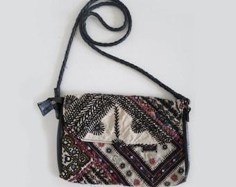 Petit sac brodée avec bandouillère