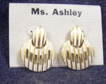 Vintage 1980's White and Gold Tone Dangle Earrings