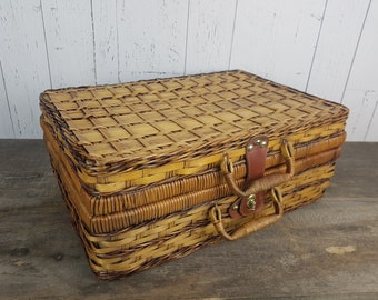 "Vintage Large Picnic Basket Wicker with Fruit Fabric Interior & Leather Straps 18"" x 11"" x 7"" Camping Rustic Boho Romantic Country Decor"