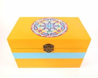 Cofanetto di legno giallo dipinto a mano, con mandala sul coperchio; ideale come regalo per amiche e fidanzate.