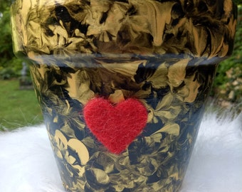 Valentino - a little pot with a big heart. Sold with matching tray.