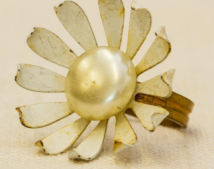 White Metal Flower Vintage Ring Pearl Center Copper Metal Band Mod Adjustable Size 7RI