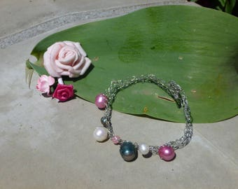 Bracelet in white gold with green, pink and white freshwater pearls