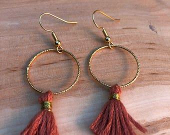 Boucles d'oreilles avec anneau torsadé et pompon vieux rose