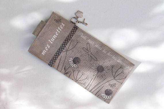 """Glasses case in natural linen illustrated """"Barefoot in the weeds"""""""