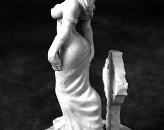 Jahenna, Female Vampire - 03730 - Reaper Miniatures