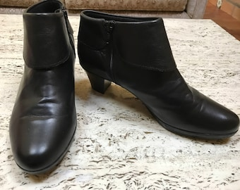 MUNRO Made in America brown leather bootie boots with block heel near mint condition size 9
