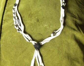 Collier de tissu «l'art du recyclage»
