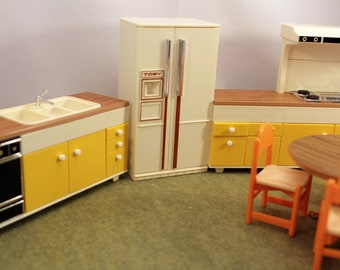 Tomy Dollhouse Kitchen 8 Pieces Miniature Furniture Homes & Garden Smaller Homes Vintage Toy 1970s SS
