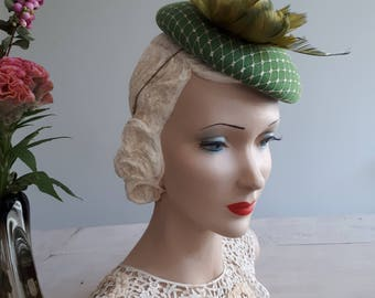 L'Absinthe d'Or - Small felt pillbox hat in absynth green covered with gold voile en green feather rose