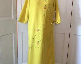 60s Vintage Yellow Flobert Robe with Floral Embroidered Appliqué Detail - Plus Size