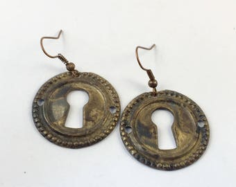 October/ant round Lock earrings