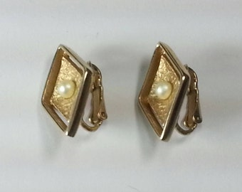 Vtg Sarah Coventry diamond shape faux pearl textured gold tone clip on earrings