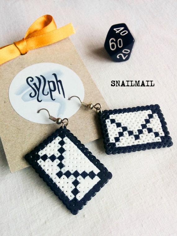 Oldschool envelope earrings Snailmail made out of Hama Mini beads, retro pixeljewelry for letter lovers