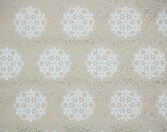 1940s Vintage Wallpaper by the Yard - White Floral Clusters with Gold Metallic Accents
