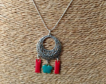 Necklace made with a silver chain and pendant circle and sequins