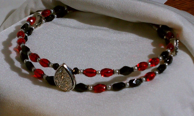 Rot schwarz Perlen Stirnriemen für Pferde-Trense.