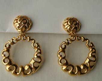 Filigree gold plated round clip-on earrings.