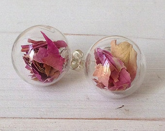 Lobe earrings with dried roses