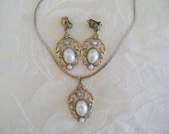 Vintage Gold Tone Faux Pearl & Clear Rhinestones Necklace Set Clip On Earrings