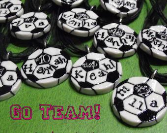 11 Sonderanfertigung Soccer Ball Halsketten personalisiert mit Namen und Nummer - Teamgeist, Spiritwear, Team Rabatt