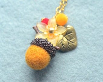 Woodland theme acorn and flower necklace, needle felted acorn necklace, autumn color, whimsical jewelry, gift under 15
