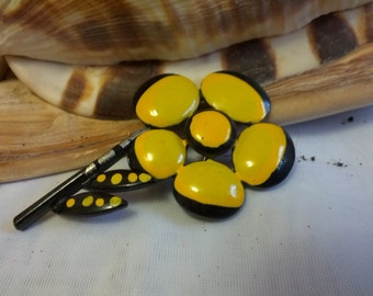 Vintage metal floral motif Daisy brooch with yellow and black enamel