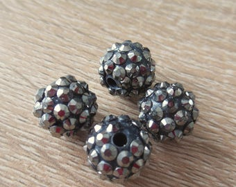 set of 4 beads has faceted plastic