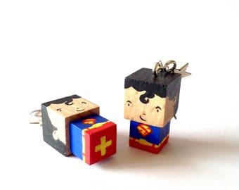 """Boucles d'oreilles figurines cubiques en bois """"Superman"""""""