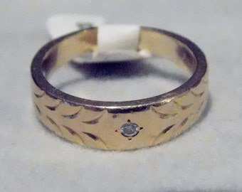 14k Yellow Gold Band - Ring with Single Diamond and Leaf Engraved Pattern.