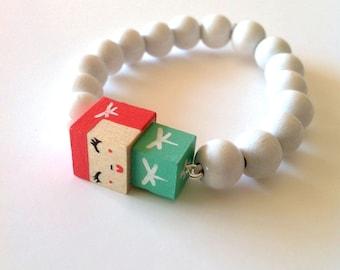"""Bracelet figurine cubique - peinte à la main - """"Poupée"""" vert d'eau et rose framboise libellules blanches + perles bois laquées  blanches"""