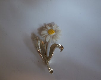 Sarah Coventry Daisy Brooch