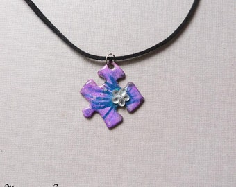 pendant necklace puzzle mauve and purple rhinestone flower on suede cord black 42 cm, unique, handmade jewelry, upcycling, made in France