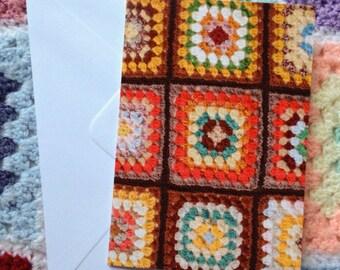 Carte de voeux image Granny Square. Au crochet, carte de voeux. Rétro. Brun et jaune. Crochet amateurs. Amoureux de la laine. Carte d'impression photographique.