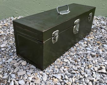 Vintage Army Green Locking Tackle Box NO KEYS Unique Collectible Toolbox With Removable Tray Long Art Craft Supply Storage Box