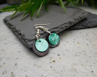 Layered disc earrings, made of shiny shell in contrasting black / sea green.
