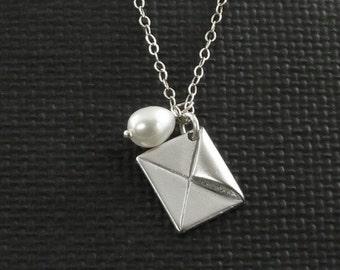 Enveloppe et perle d'eau douce Charm Necklace - il écrit des lettres d'amour - fait à la main mode hiver