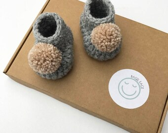 Crochet grey baby booties, pom pom baby booties, gender neutral baby gift, baby shower gift, new baby shoes, crochet baby slippers, new baby