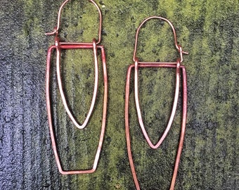 Dangling hammered hand forged & formed copper dangle earrings. Ladies geometric copper wire earrings.