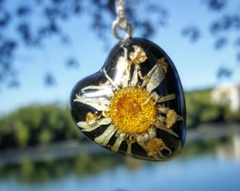 Real daisy pendant necklace. Resin daisy necklace. Daisy charm. Bridesmaids gift. Bridal gift. Halloween. Handmade daisy necklace
