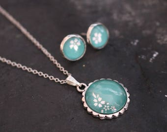 Set Cabochon necklace and stud earrings