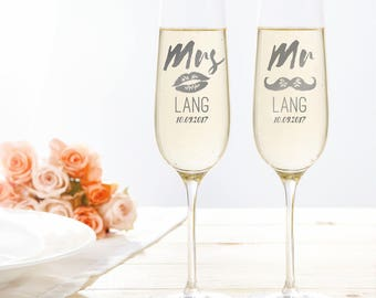 """Set of 2 Champagne Flutes with Engraving - """"Mr & Mrs"""" with Moustache and Kiss Motif - Wedding Gift for Bride and Groom - Glass Set"""