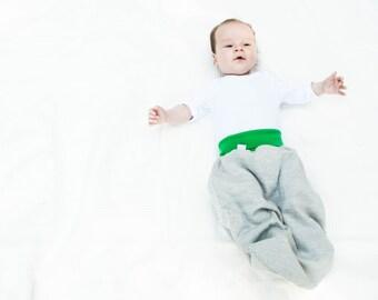 Grauer Strampelsack für Babys, Pucksack, Bio Baumwolle Schlafsack, grün, Hipster Baby, Geschenk für Neugeborene, Baby Shower