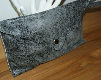 Very soft leather-lined with a Paisley printed cotton pouch