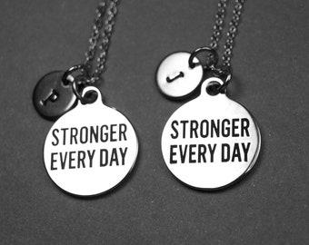 Plus fort chaque collier de jour, charme plus fort tous les jours, collier d'entraînement, plus fort collier, bijoux de l'exercice, collier personnalisé, monogramme