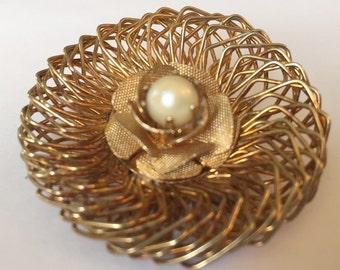 Vintage Gold-Ton-Drahtgeflecht und Faux Perle Kreis Brosche
