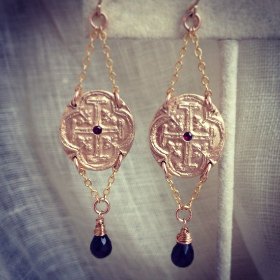 Prohibition Earrings in bronze, gold, ruby and garnet