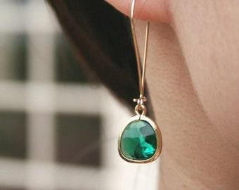 Emerald Green Earrings in Gold. Green Earrings. Bridesmaids Earrings. Bridesmaids Jewelry. Wedding Jewelry. Wedding Earrings. Bridal Jewelry